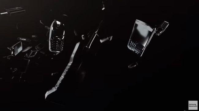 歴代の携帯電話、スマートフォンが次々と流れていく